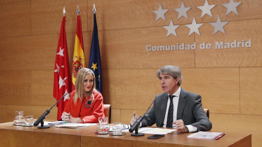 La presidenta Cristina Cifuentes y el Consejero de Presidencia Ángel Garrido durante la rueda de prensa posterior al Consejo de Gobierno