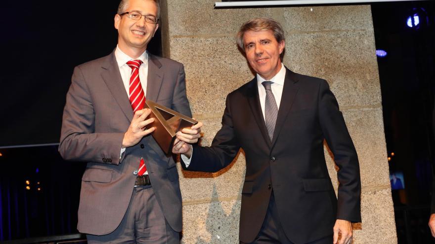 El presidente de la Comunidad de Madrid, Ángel Garrido entrega uno de los galardones al gobernador del Banco de España, Pablo Hernández de Cos