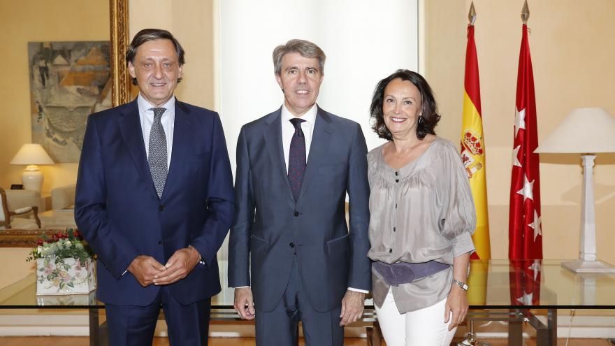 El presidente de la Comunidad de Madrid, Ángel Garrido, se ha reunido hoy en la sede del Gobierno regional de la Real Casa de Correos con el decano del Ilustre Colegio de Procuradores de Madrid, Gabriel de Diego.