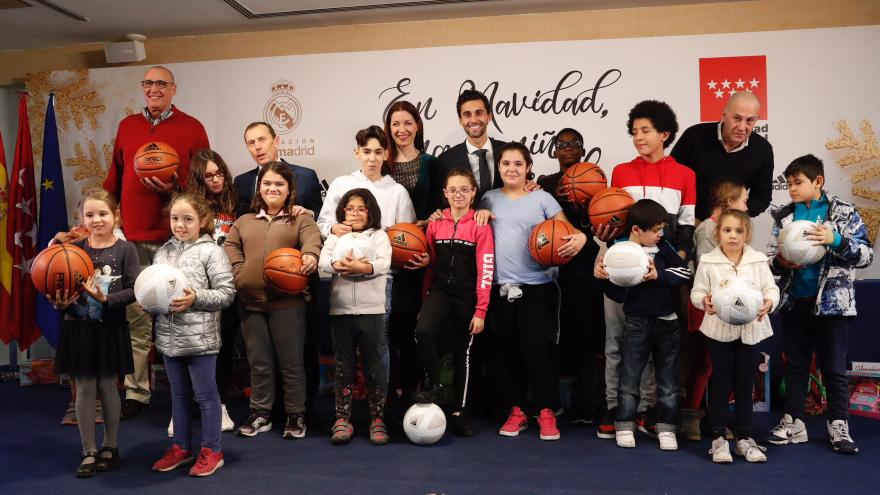 La Comunidad y la Fundación Real Madrid entregan regalos navideños a una veintena de menores tutelados