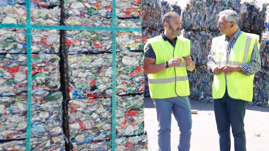 el consejero en funciones de Medio Ambiente y Ordenación del Territorio, Carlos Izquierdo, visitando el Grupo TR2