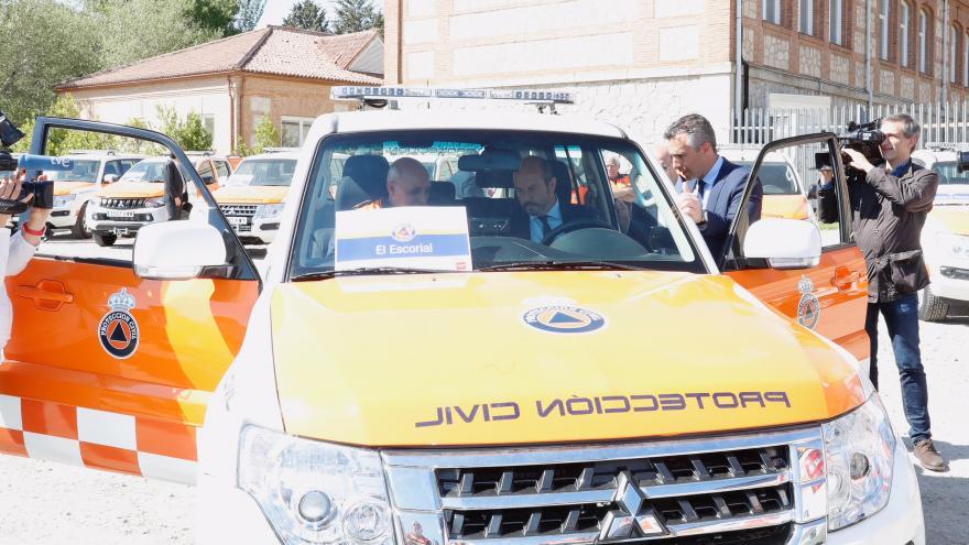 Pedro Rollán en la entrega de la nueva dotación de vehículos de Protección Civil