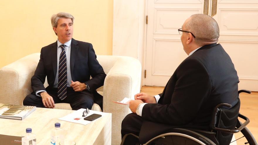Reunión con los responsables de CERMI-Comunidad de Madrid, celebrada hoy en la sede del Gobierno regional, y a la que han asistido Oscar Moral y Luis Miguel López Ruiz, presidente y Secretario General de esta entidad.