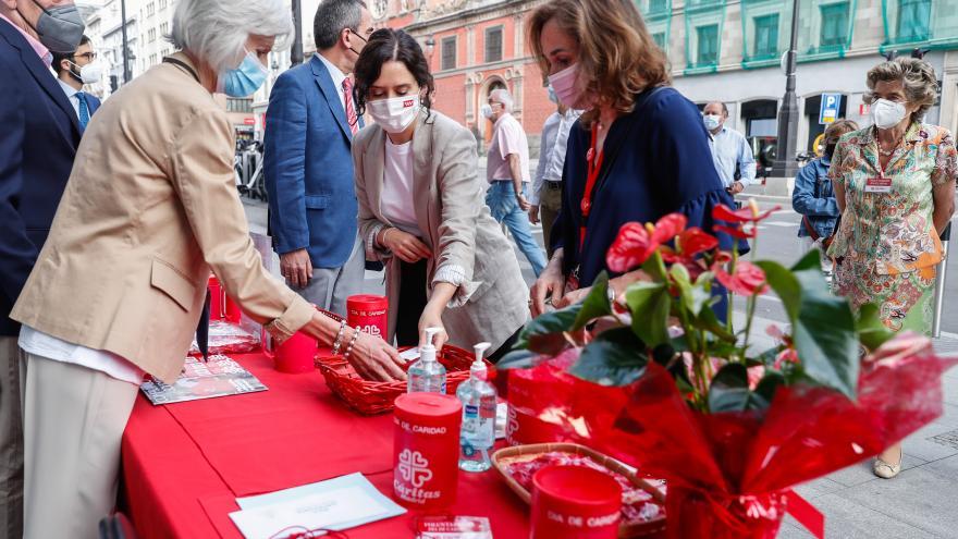 Díaz Ayuso traslada el apoyo de la Comunidad de Madrid al trabajo de Cáritas con familias vulnerables.