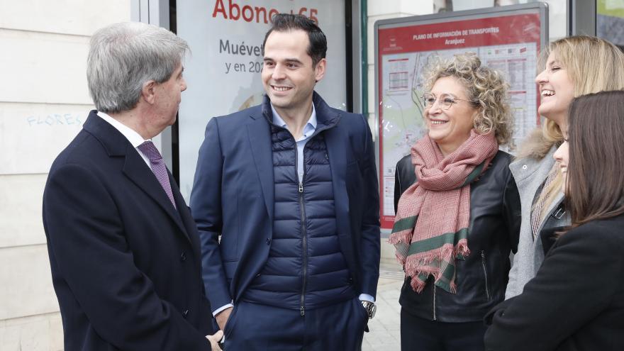 Aguado, Garrido y alcaldesa de Aranjuez en una marquesina