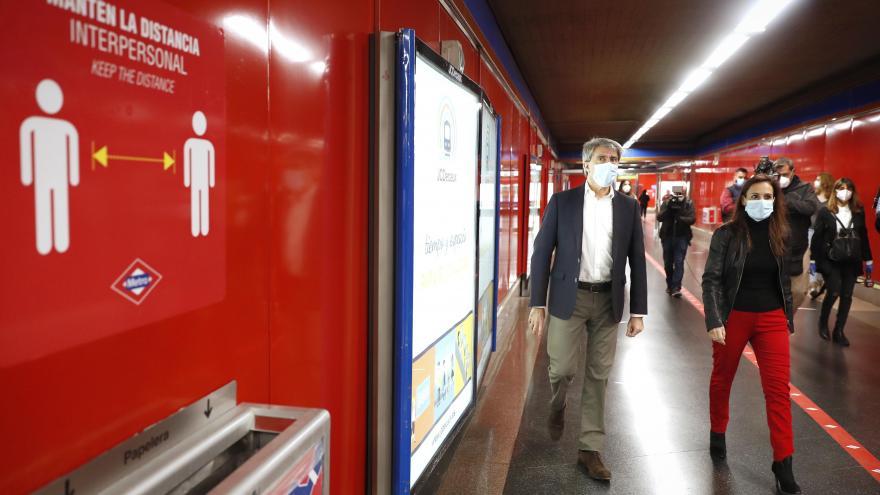 Ángel Garrido durante la presentación de la nueva señalización de Metro para la desescalada