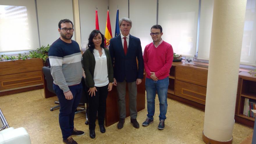 Ángel Garrido durante la reunión con el alcalde de Villa del Prado