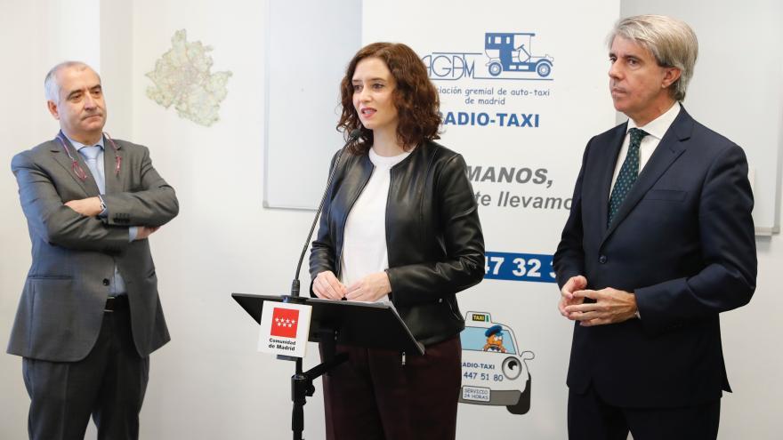 Ayuso en su visita a la Asociación Gremial del Taxi