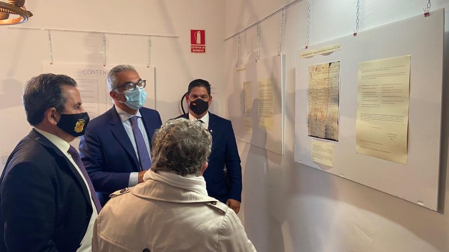 El consejero visitando una exposición en el municipio