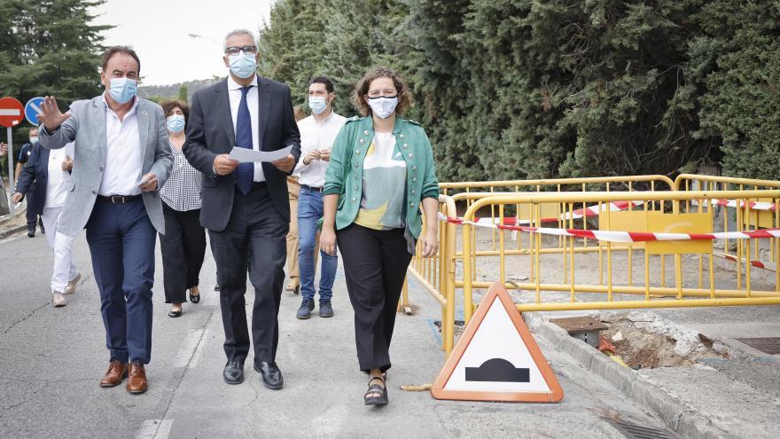 El consejero caminando por la urbanización junto a la alcaldesa y otras personalidades por una zona que se ve en obras