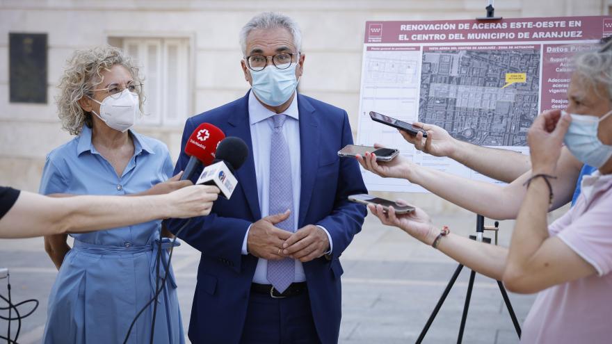 El consejero atendiendo a la prensa