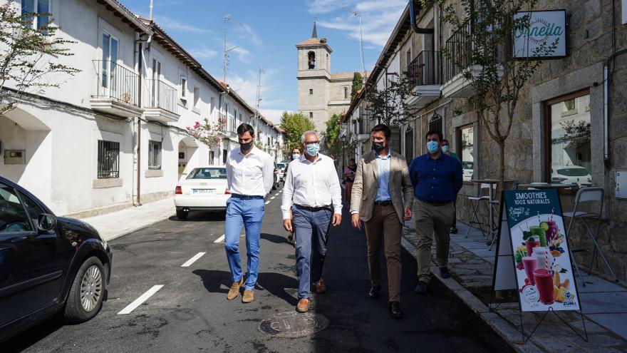 El consejero junto al alcalde del municipio caminando por un calle