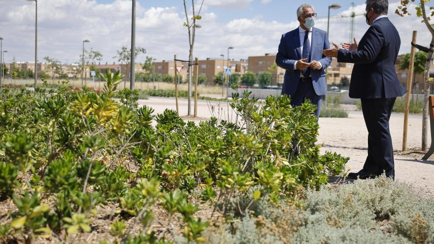 El consejero junto con el alcalde en una zona verde