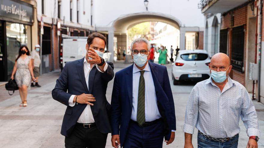 El consejero paseando junto al alcalde de Torrejón de Ardoz que le señala algo en frente