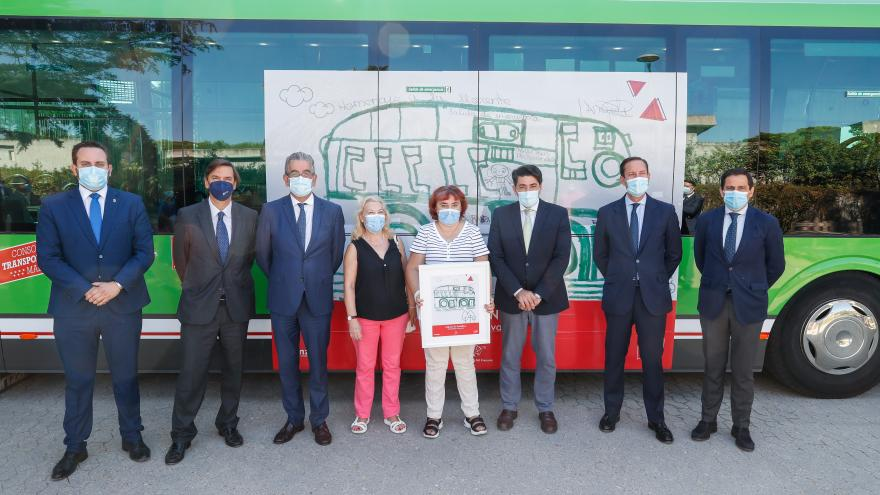 Foto de familia delante del autobús vinilido