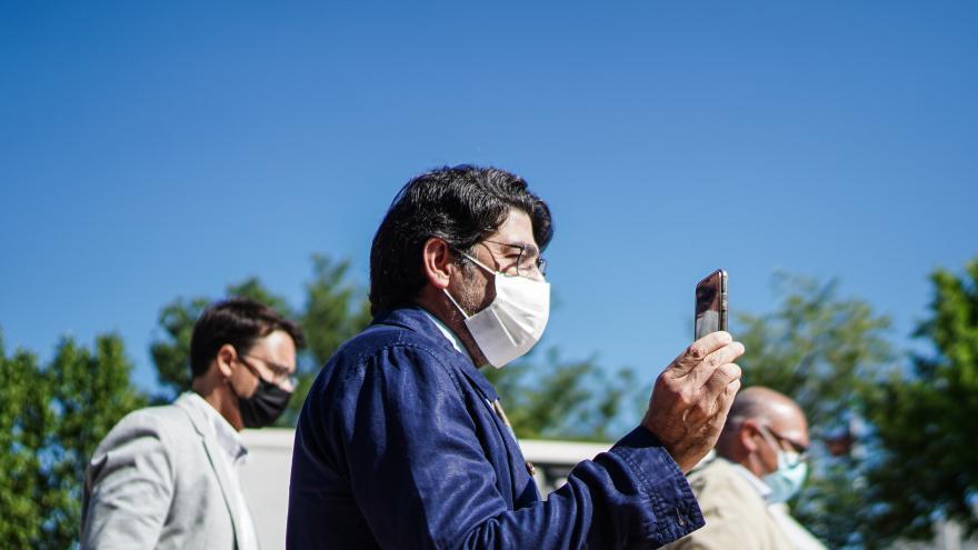 David Pérez haciendo una foto con el móvil