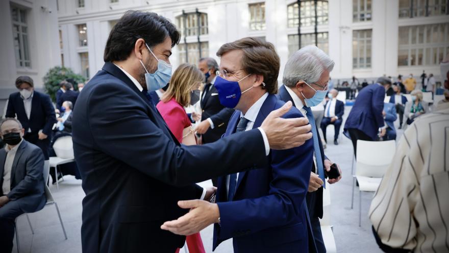 El consejero hablando con el alcalde de Madrid