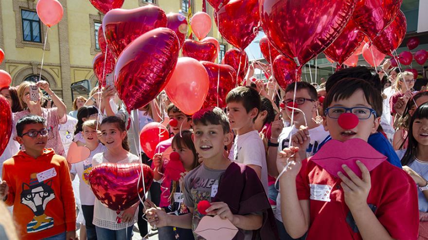 Enrique Ruiz Escudero en el Hospital Materno-Infantil Gregorio Marañón en la celebración del Día del Niño Hospitalizado