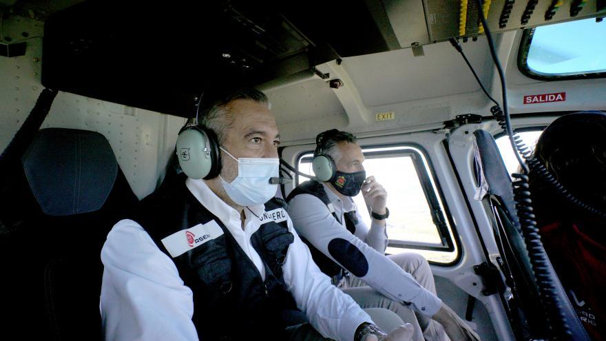 El consejero y viceconsejero en el helicóptero