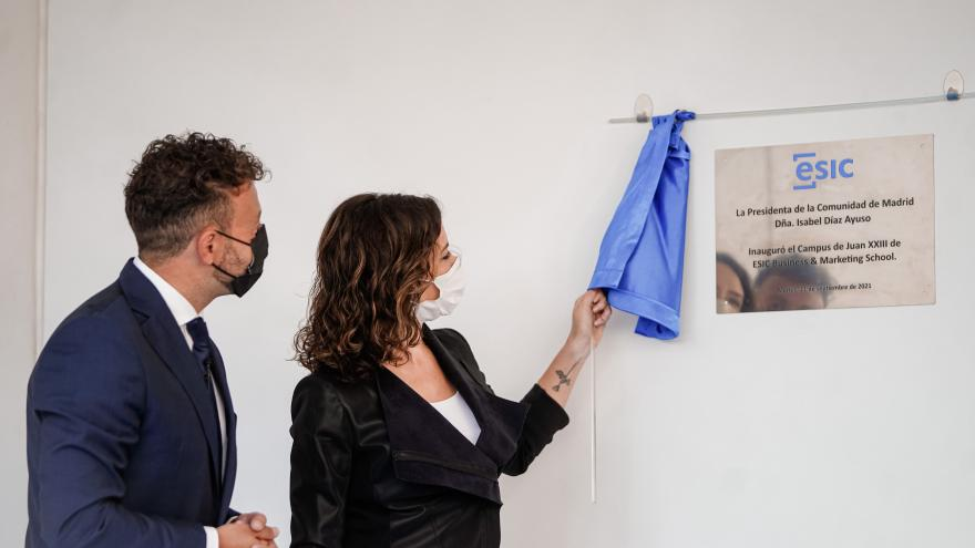 La presidenta destapando la placa del nuevo centro educativo