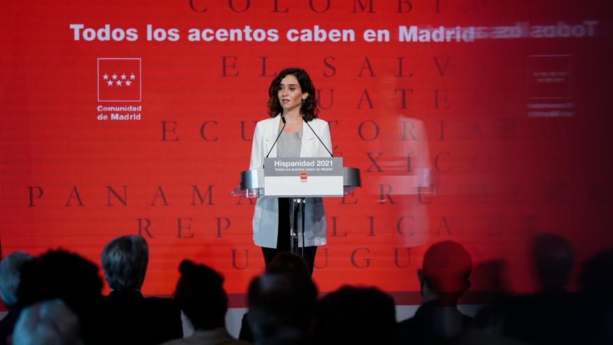 La presidenta interviniendo en el atril del escenario