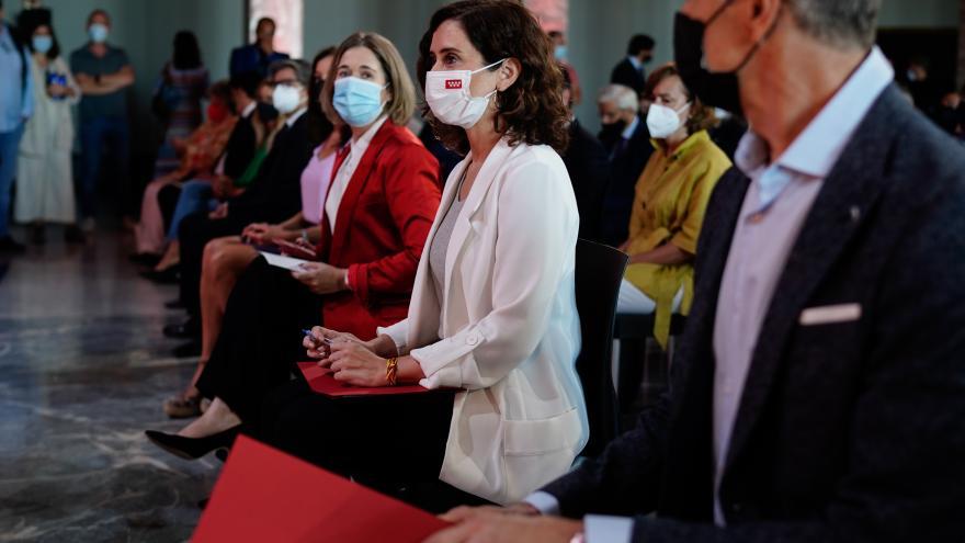 La presidenta sentada en el público junto a la consejera de cultura Marta Rivera  y Toni Cantó