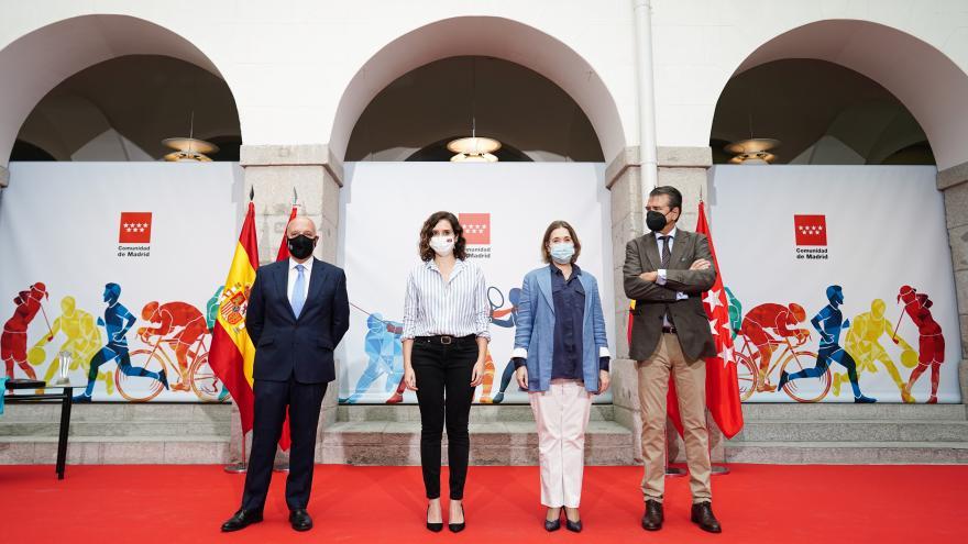 La presidenta posando junto a la consejera de cultura y los representantes de las asociaciones de la carrera