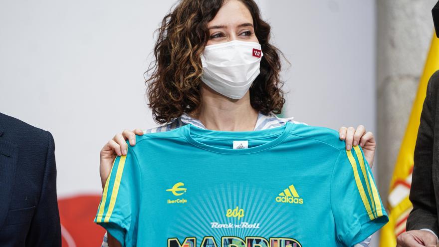 La presidenta sujetando la camiseta oficial de la carrera
