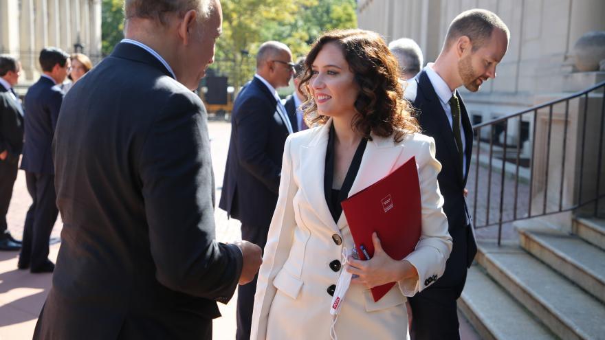La presidenta en la calle hablando con otras personas participantes de la reunión