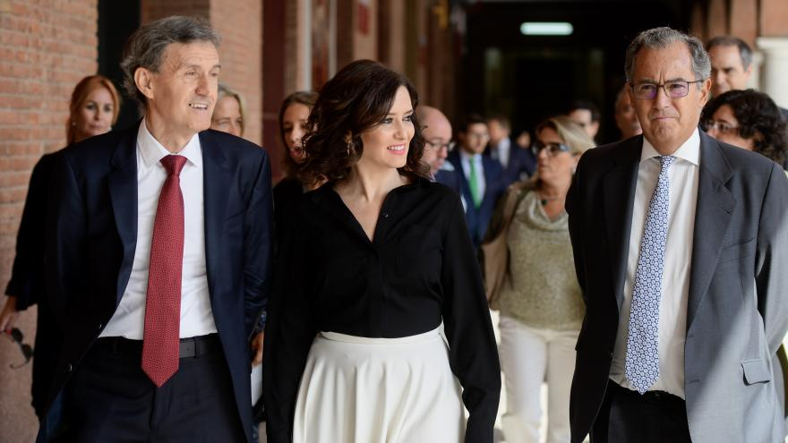 Imagen de Díaz Ayuso durante la entrega de los nuevos Cheques Bachillerato