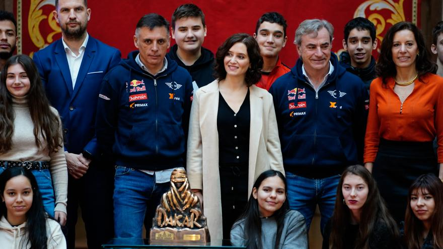 Díaz Ayuso felicitando a Carlos Sainz y Lucas Cruz por su triunfo en el Rally Dakar 2020