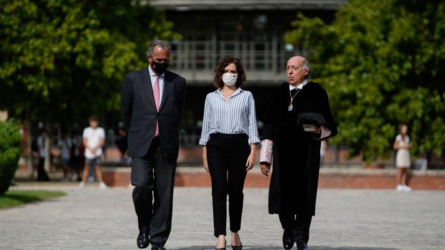 Fotografía de la presidenta con los representantes de la Universidad