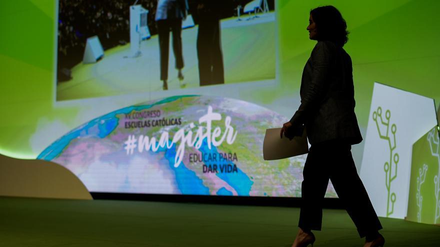 Díaz Ayuso caminando por el escenario