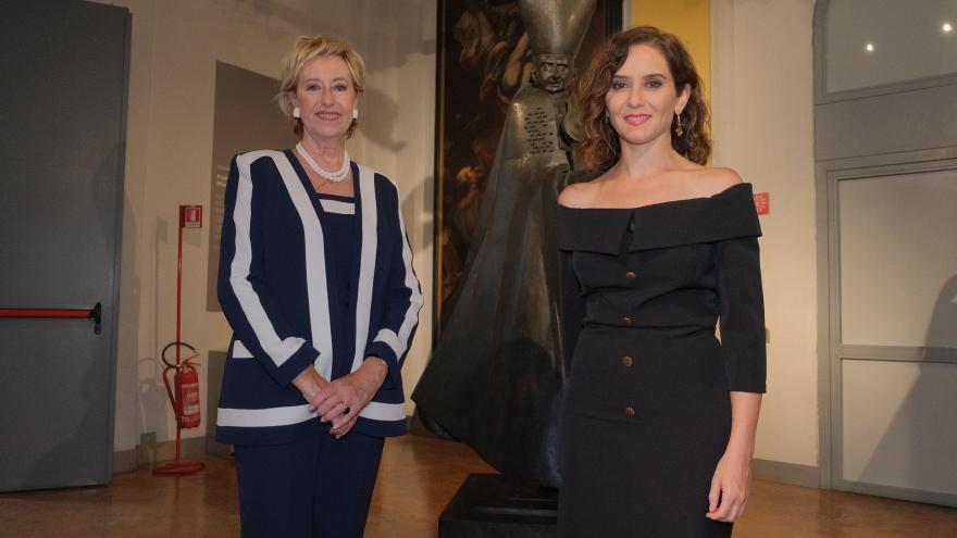 La presidenta haciéndose una foto protocolaria con otra mujer en representación del Instituto
