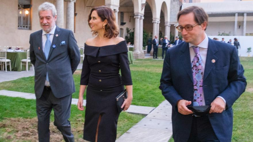 La presidenta caminando por el patio del lugar del evento