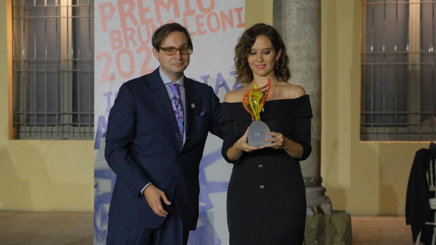 La presidenta con el premio en las manos posando junto al presidente