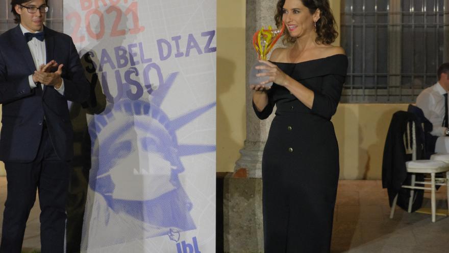 La presidenta con el premio en las manos