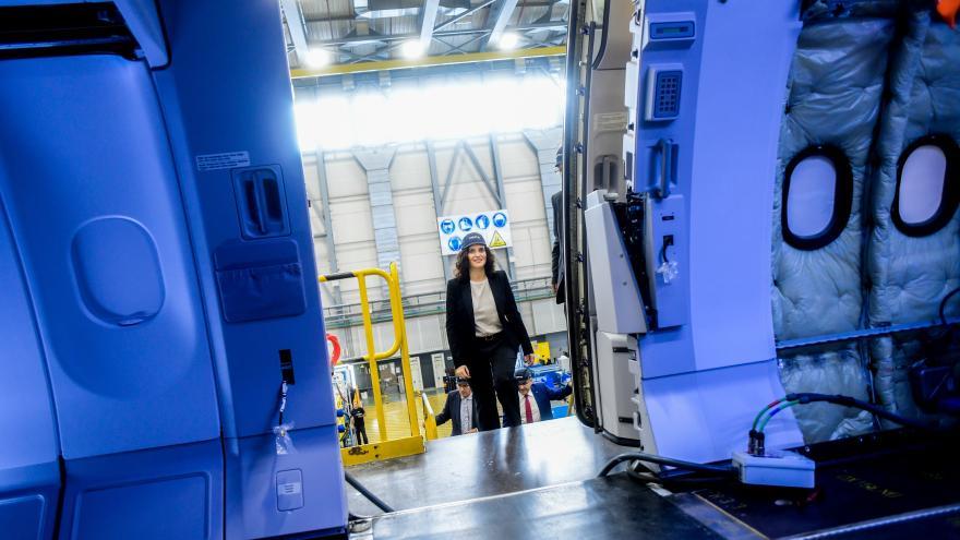 Díaz Ayuso durante su visita a Airbus