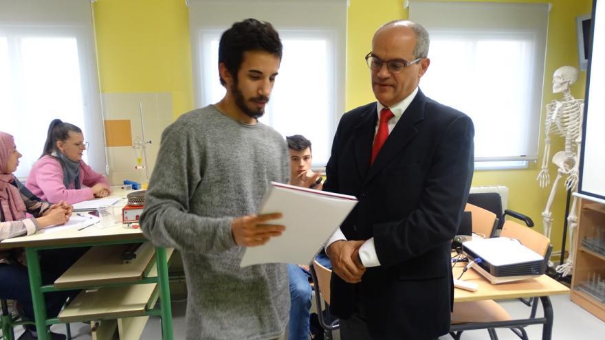 El consejero de Educación e Investigación, Rafael van Grieken, ha visitado el CEPA Sierra Norte, donde se desarrolla el proyecto 'CEPAinnova