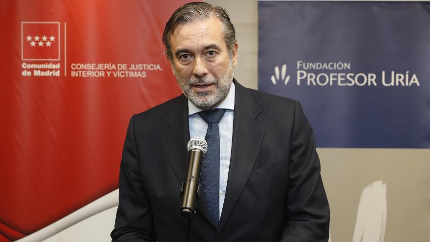 Enrique López durante la inauguración del mercadillo navideño de la Fundación Profesor Uría