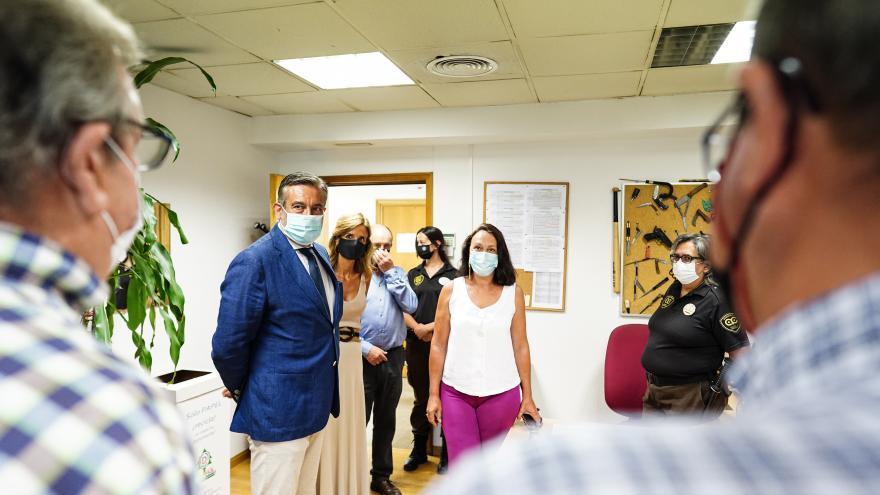El consejero junto con otros asistentes visitando las instalaciones de los juzgados de Plaza Castilla