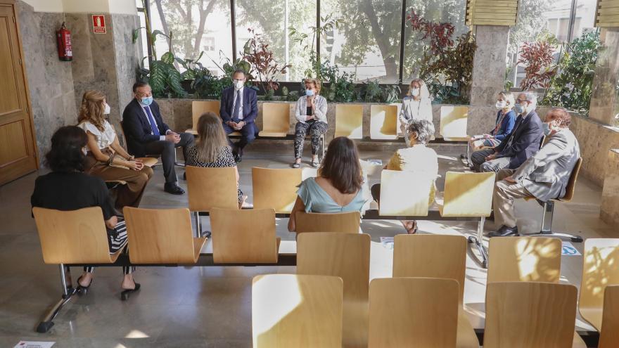 Reunión en sala de espera registro civil