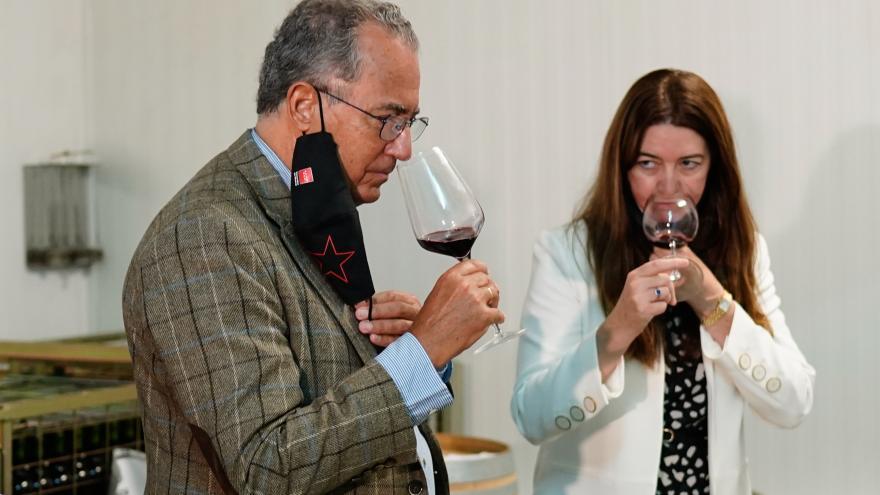 El consejero oliendo una copa de vino