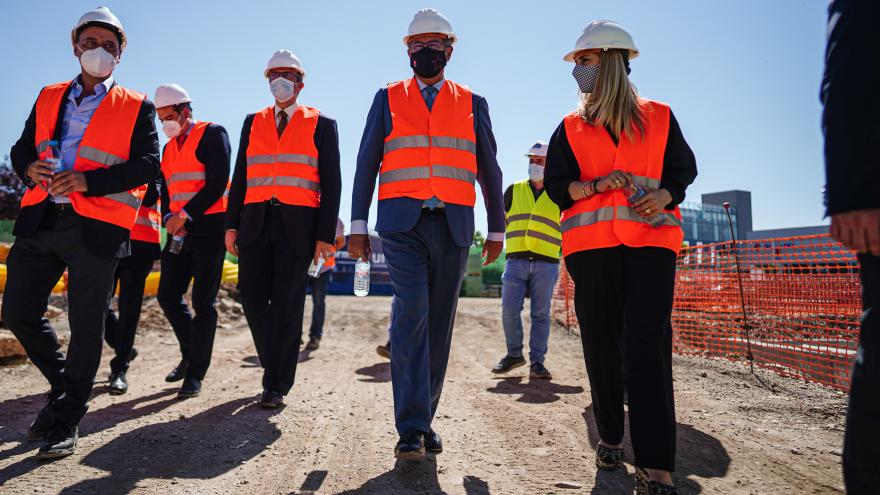El consejero caminando junto al resto de miembros asistentes con chaleco reflectante naranja y casco