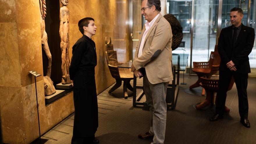 Enrique Ossorio saluda a alumnos de FP en prácticas en el Hotel Urban
