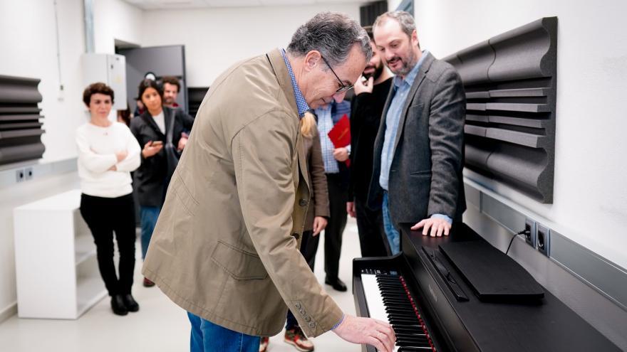 Enrique Ossorio durante su visita al centro Metrónomo