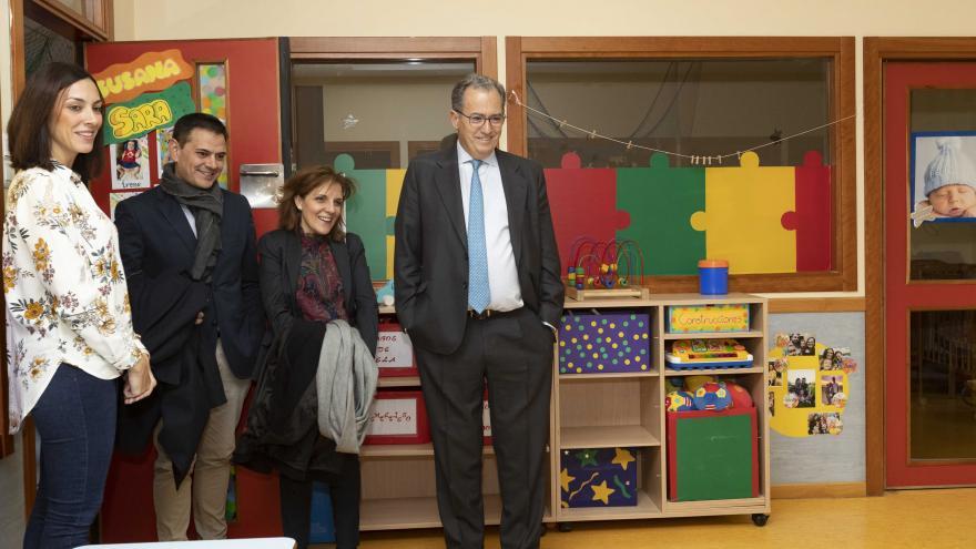 Enrique Ossorio durante su visita a la Escuela Infantil 'El tren de la fresa'