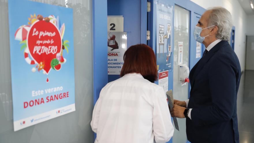 Enrique Ruiz Escudero donando en el Centro de Transfusión