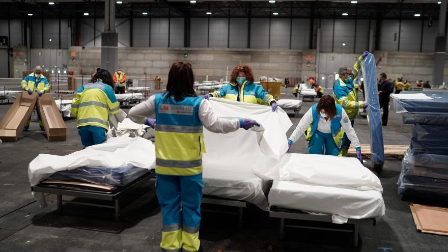 El personal sanitario habilita camas hospitalarias en IFEMA