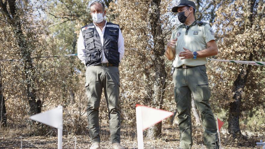 Foto de cuerpo entero del consejero atendiendo a la explicación de un agente forestal